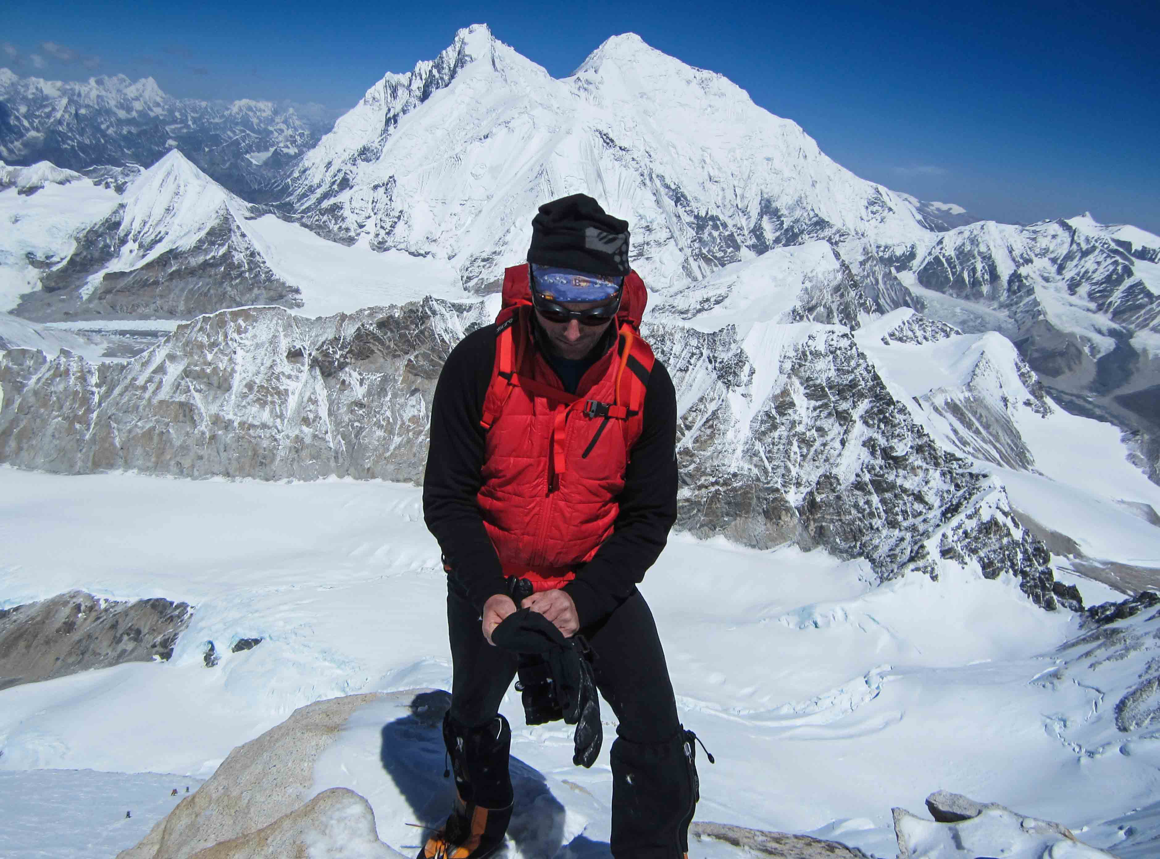 Fred Roux puts on his gloves on Makalu